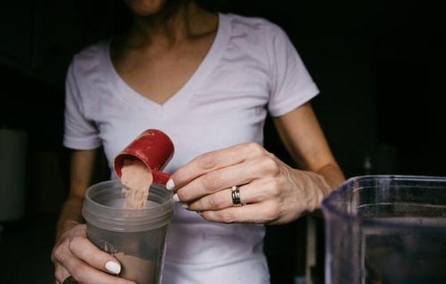 jak spożywać odżywkę białkową
