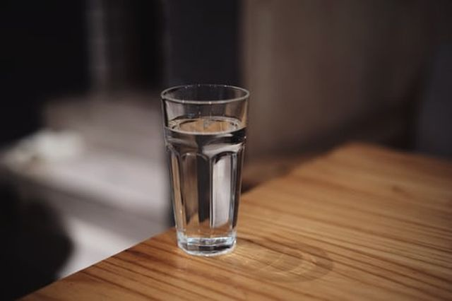 woda mineralna czy źródlana