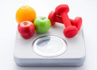 Waga, owoce i ciężarki – symbole zdrowego odchudzania