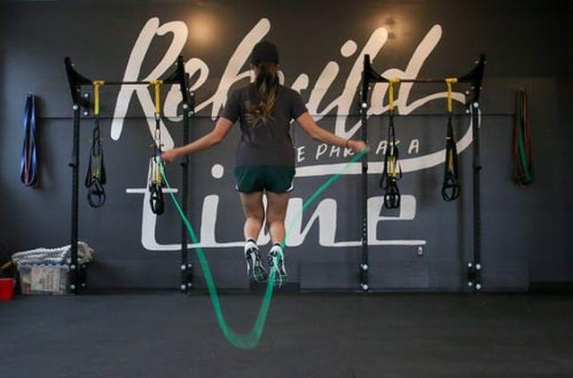 jak ćwiczyć na skakance