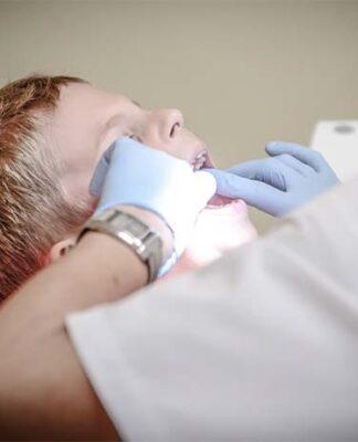 Na czym polega plombowanie zębów